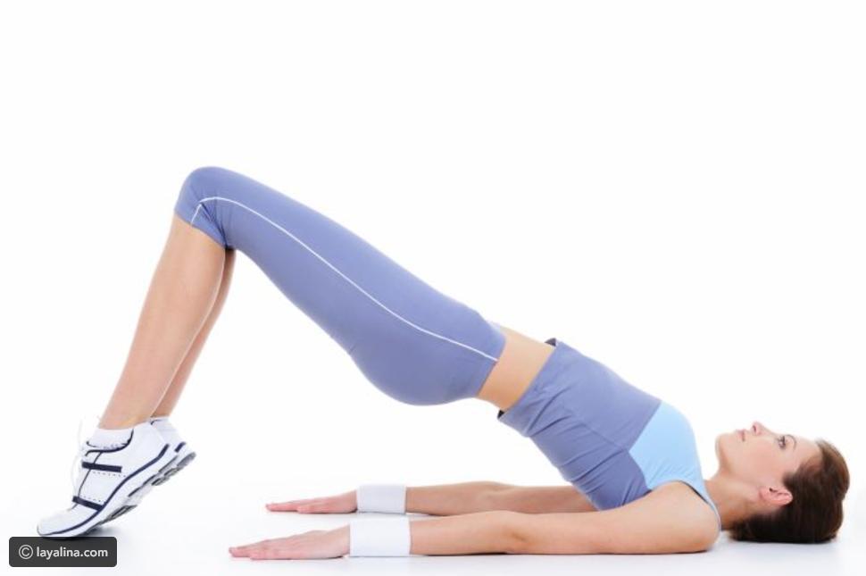 تمرينات لتقوية عضلات البطن بعد الولادة, تمرين ثني الركب ورفع الأرداف