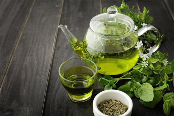 تناول مشروب الشاي الأخضر