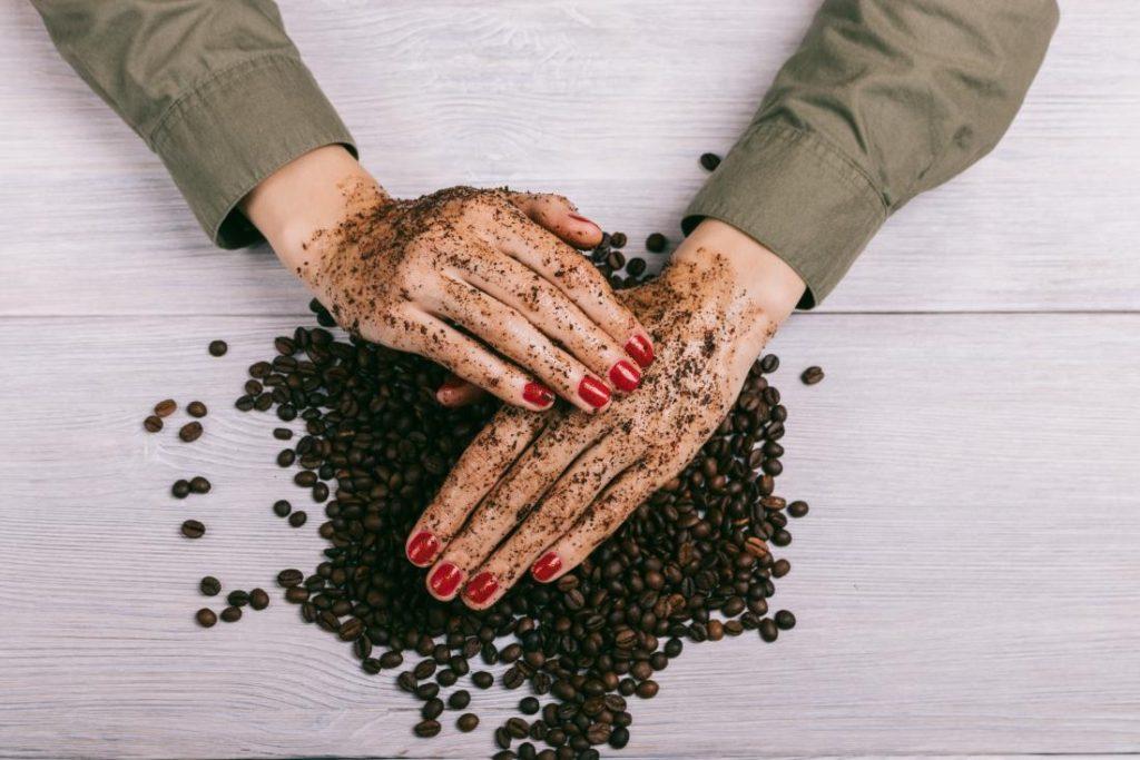 تبييض اليدين بالقهوة