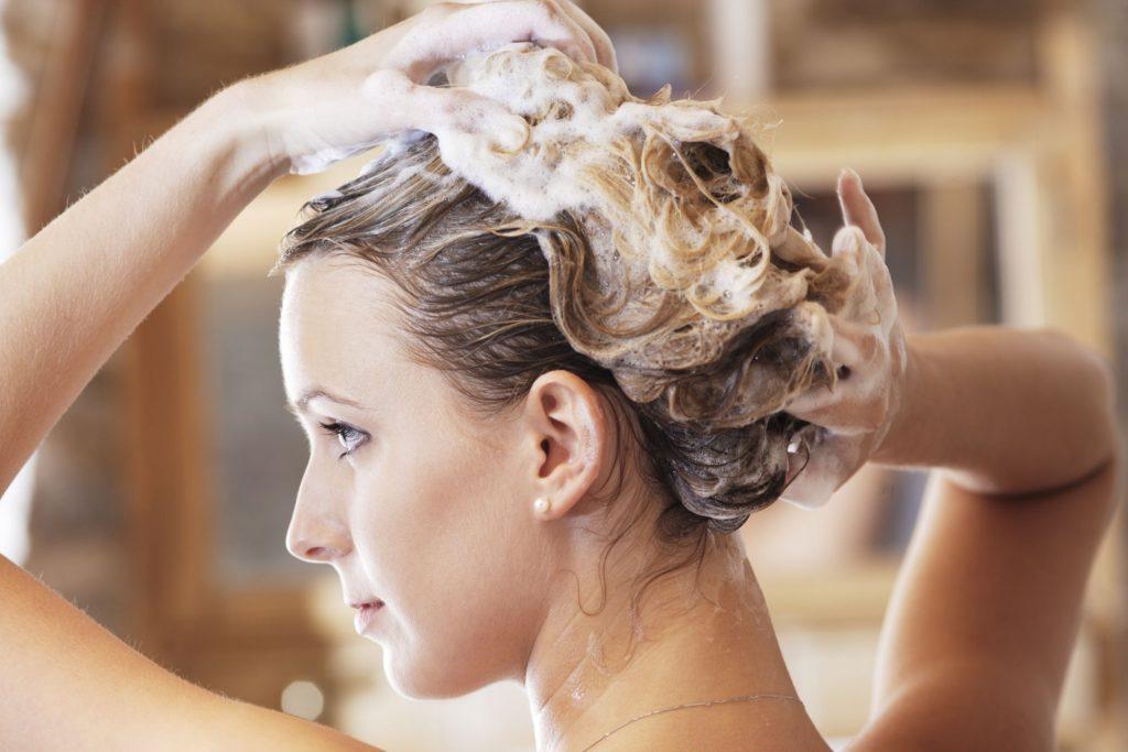 تجنب الإفراط في غسل الشعر