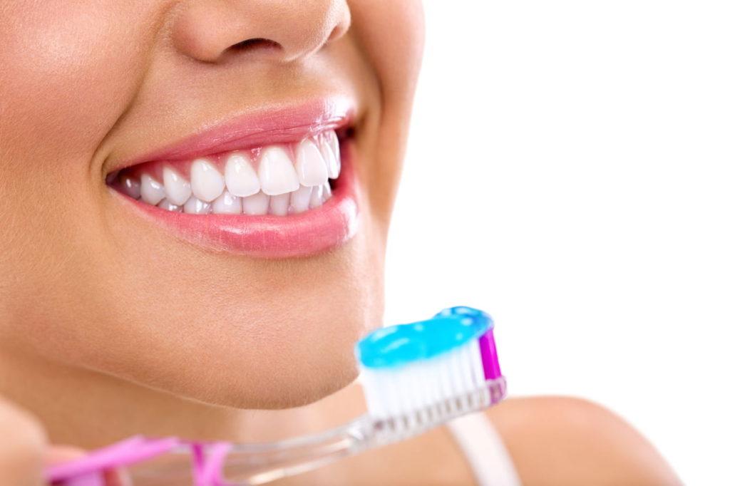 تكبير الشفايف بمعجون الاسنان