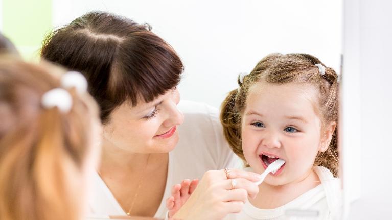 تنظيف اسنان الطفل بعمر سنة ونصف