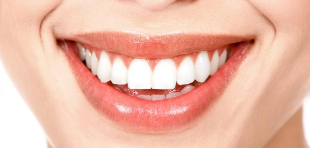 تنظيف الاسنان بالاعشاب