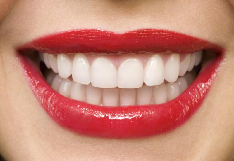 طريقة تبيض الاسنان بالنشا