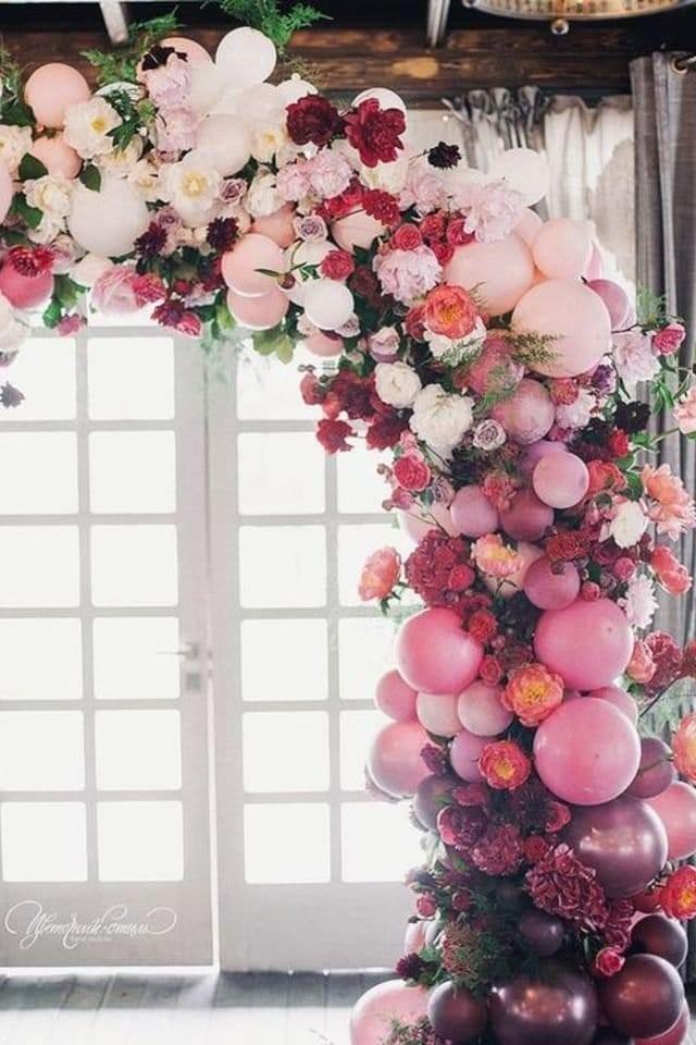 الورود المختلطة مع البالونات تضفي شكل مميز