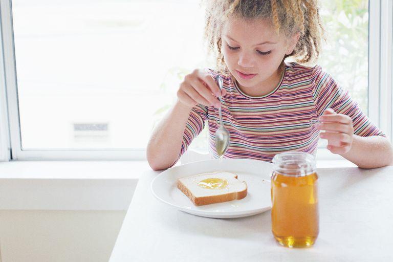 خلط الحليب مع العسل للاطفال